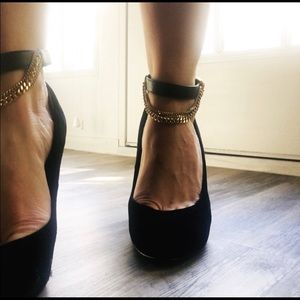 Brown suede wedges with chic ankle chain.